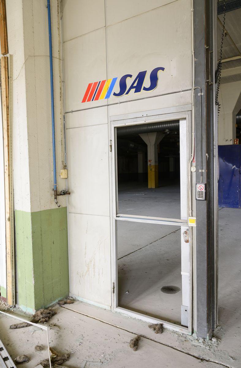 RØKNING FORBUDT. I restene av hangar 3 henger fortsatt Røkning forbudt-skiltet på veggen. Her ble blant annet SAS' Airbus A300-fly parkert og vedlikeholdt.
