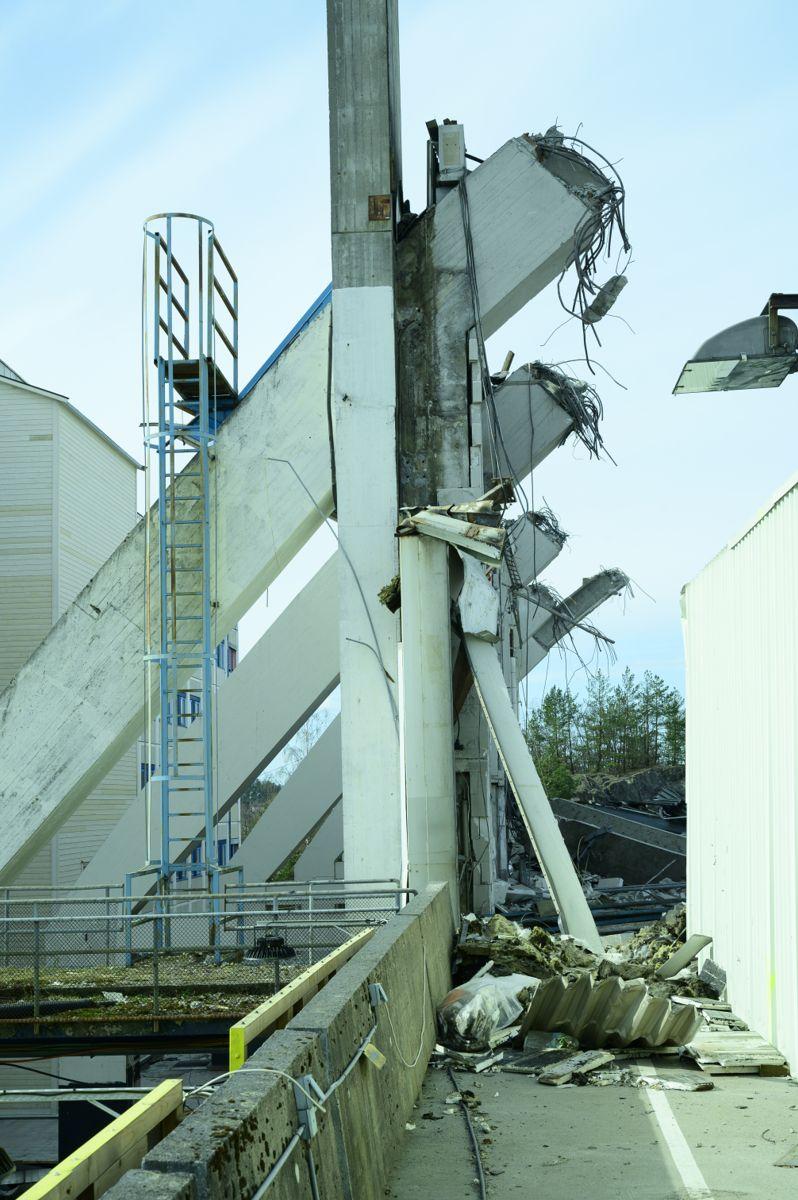STORT SPENN. Restene av søylene på hangar 3 viser de store dimensjonene på betongkonstruksjonene.