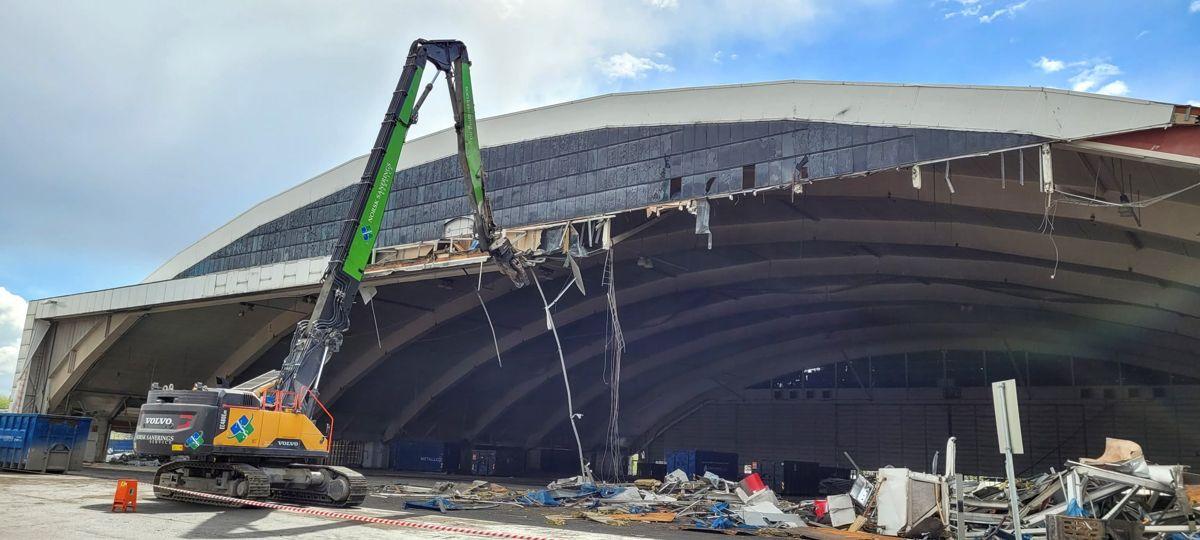 Her er er rivingen av Hangar 4 i full gang pr 21. mai. Foto: Bjørn Innhaug