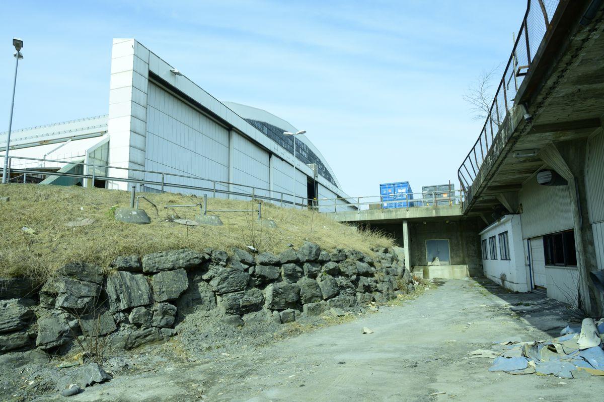Riving av anlegget på Koksa og hangarene på Fornebu, og anleggsområdet for den kommende Fornebubanen. Mellom Hangar 3 og Hangar 4 var det et tilfluktsrom under bakken.