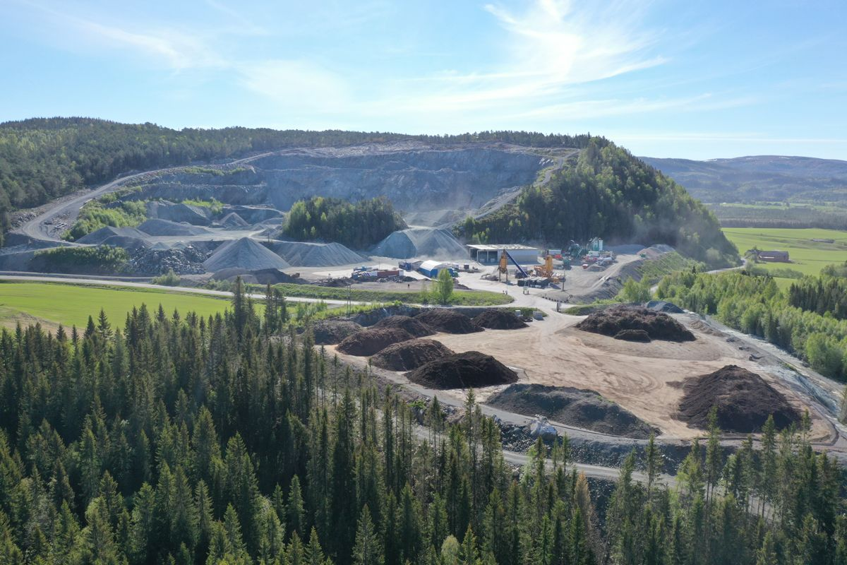 Frøseth har ni uttak for pukk og grus på Innherred i Nord-Trøndelag og et asfaltverk i Verdal. Bildet er fra Hello pukkverk i Verdal. Foto: Frøseth