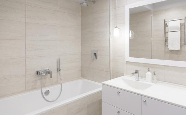 Innbygd badekar er populært, men krever omhyggelig utførelse. Illustrasjonsfoto: Shutterstock