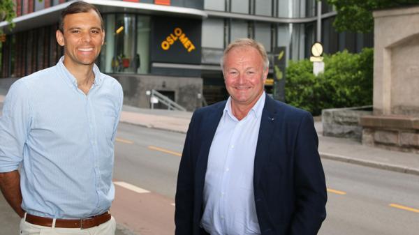 Dekan ved Fakultet for teknologi, kunst og design ved OsloMet, Carl Christian Thodesen (til venstre), og konserndirektør Bård Hernes ved Norconsults hovedkontor, ser fram til utveksling av kunnskap og praksis med den nye samarbeidsavtalen. Foto: OsloMet