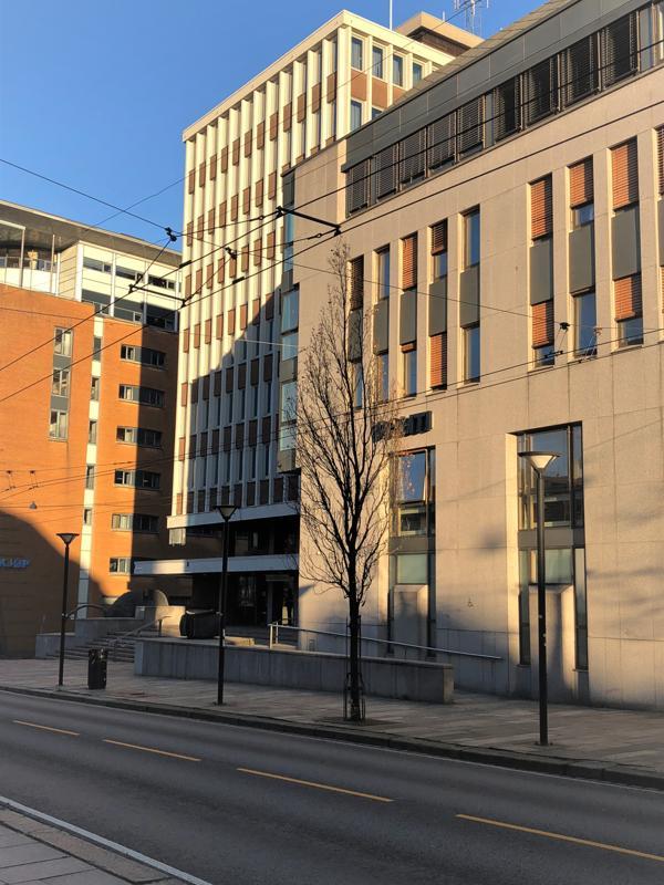 Vest Politidistrikt forlenger dagens leiekontrakt med Entra for Bergen politistasjon i Allehelgens gate 6 i Bergen sentrum. Foto: Entra