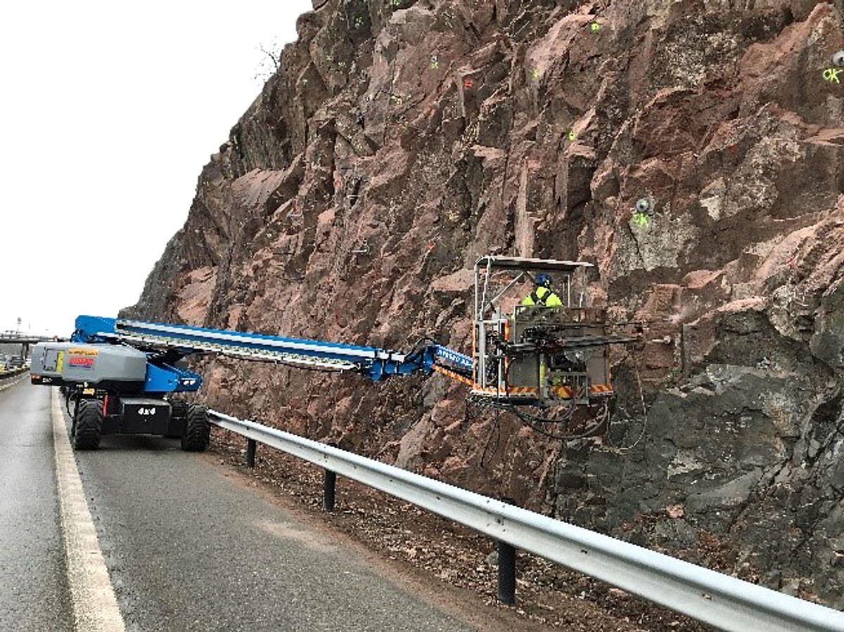 Fjellsikringsarbeidet ved E18 i Tønsberg er nå ferdig. Fredag morgen vil trafikken gå som normalt forbi Holmenåsen igjen. Foto: Statens vegvesen
