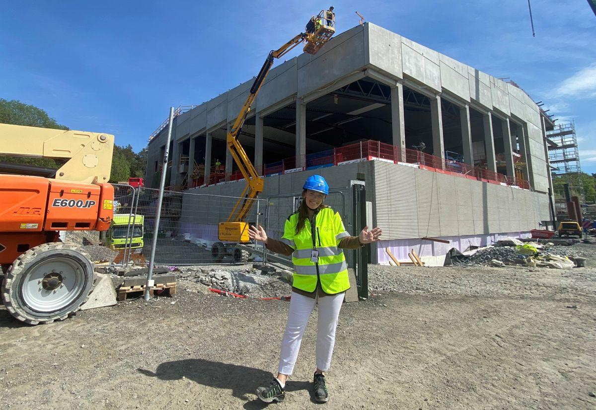 Linn Gaustadnes Hansen hadde sommerjobb i Undervisningsbygg mens hun studerte eiendomsutvikling og -forvaltning ved NTNU. Etter endte studier ble hun ansatt som prosjektleder, og nå jobber hun på Manglerudbadet i Oslo. Foto: Undervisningsbygg.