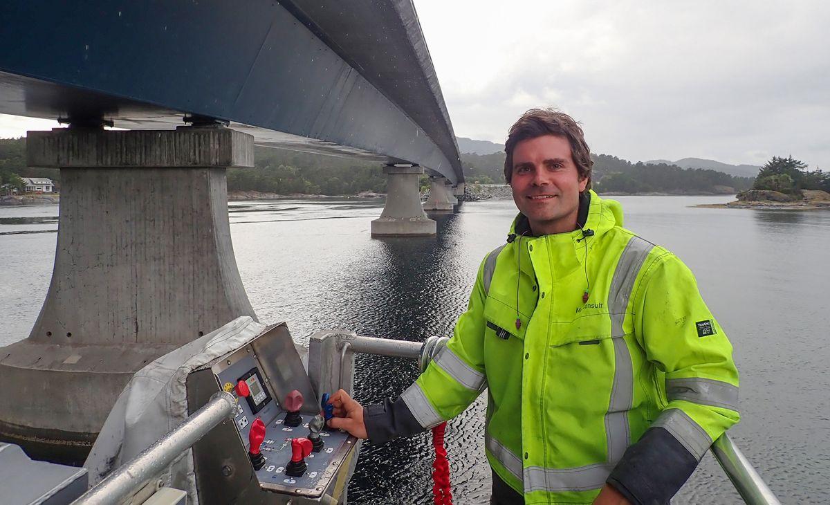 Christian Lønøy fra Multiconsult utfører inspeksjon på Spissøybrua i Bømlo. Foto: Multiconsult