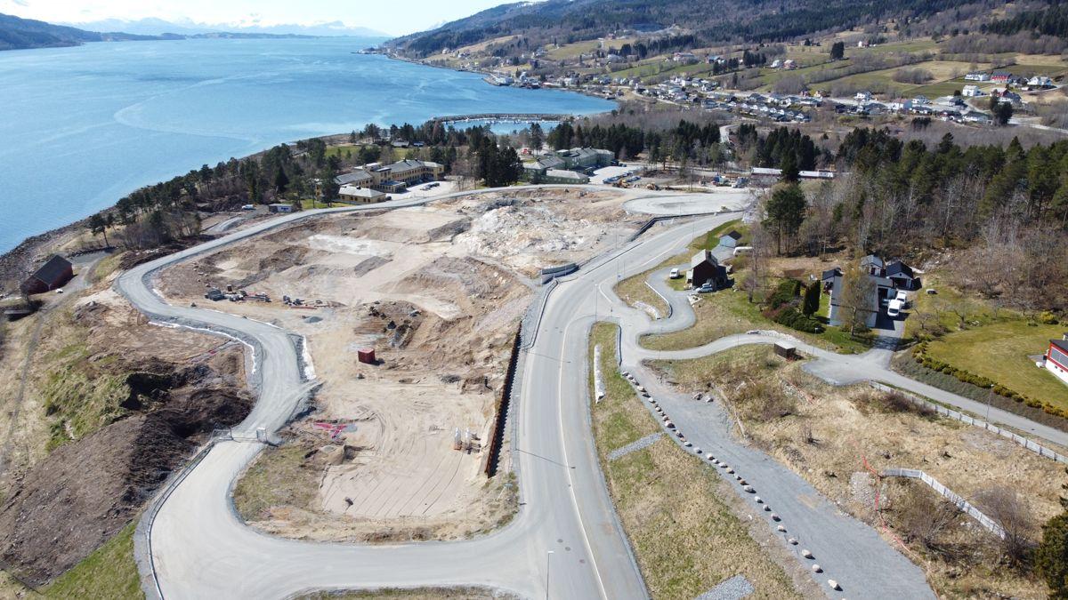 Bildet viser oversikt over sykehustomta på Hjelset slik den ser ut nå før utgravingen starter. Foto: Helse Møre og Romsdal