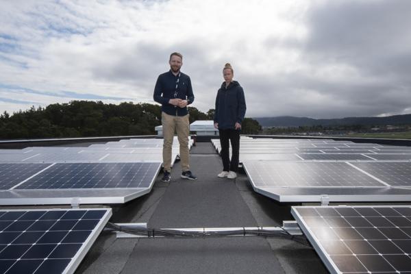 Bærekraftsleder Lars Lægran og miljørådgiver Ida Nes i HENT på det energiproduserende taket på HENT Future-bygget Ranheimsvegen 9.