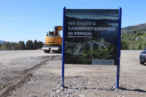 Det har vært en lang og brokete vei mot nytt fellessykehus, med stadige utsettelser av prosjektet. På dette ferske bildet fra 2 juni har man valgt å ikke sette årstall for ferdigstillelse. Foto: Svanhild Blakstad