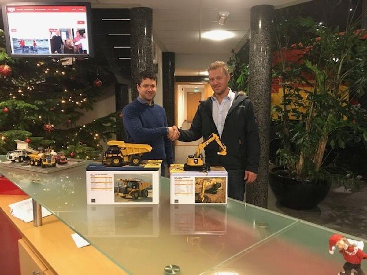 Kjetil Friestad i Risa Service (til venstre) og Pon-selger i Rogaland, Kjell Vidar Hamre. Foto: Pon Equipment