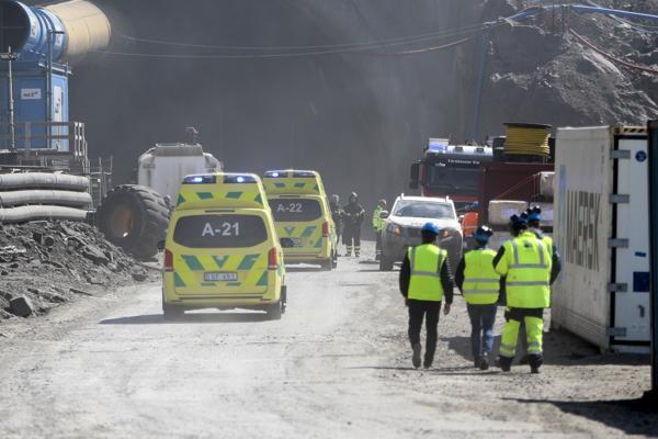 Både ambulanse, brannvesen og politi dukket opp etter at det brøt ut brann i Sandoyartunnelen. Foto: Sverri Egholm / portal.fo