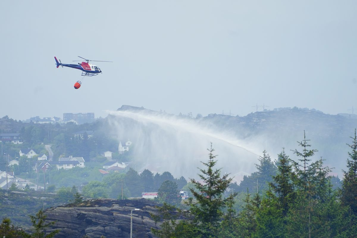 De over 500 personene som torsdag ble evakuert etter skogbrannen på Sotra, får flytte tilbake til sine hjem. Det opplyser Øygarden kommune fredag. Foto: Terje Pedersen / NTB