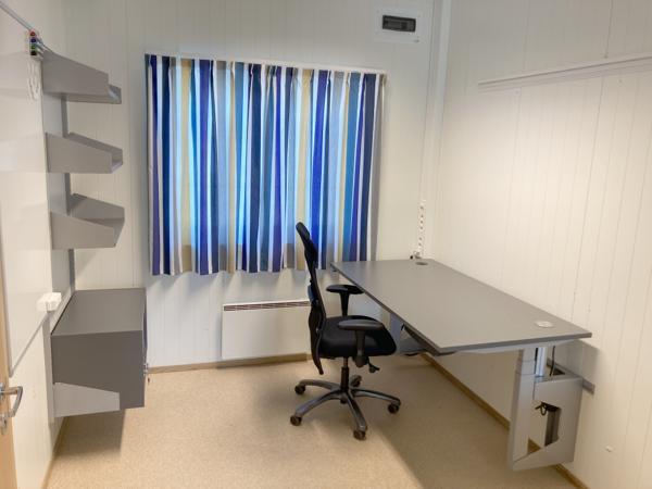 Slike elektriske vegghengte hev- og senkarbeidsplasser til skal leveres til kontormodulene på Regjeringskvartalet.