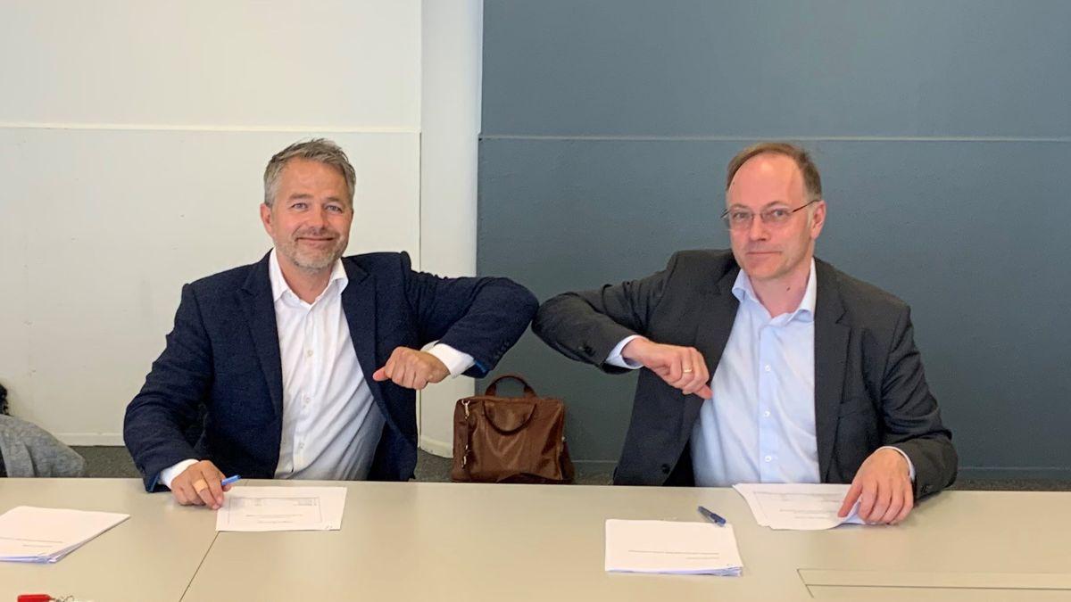 Kristoffer Andenæs og Tor Arne Mitskogen signerte konktrakten om bygging av Helgerudkvartalet. Foto: Skanska
