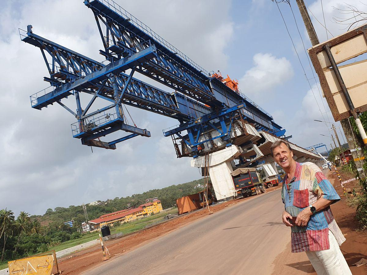 LG Zuari Bridge i Goa i India er en av mange bruer rundt omkring i verden som er bygget med produkter fra NRS. NRS-gründer Jahn Nitschke forteller at det har blitt mange turer til fjerne strøk siden selskapet startet opp i Hønefoss i 1983. Foto: Privat