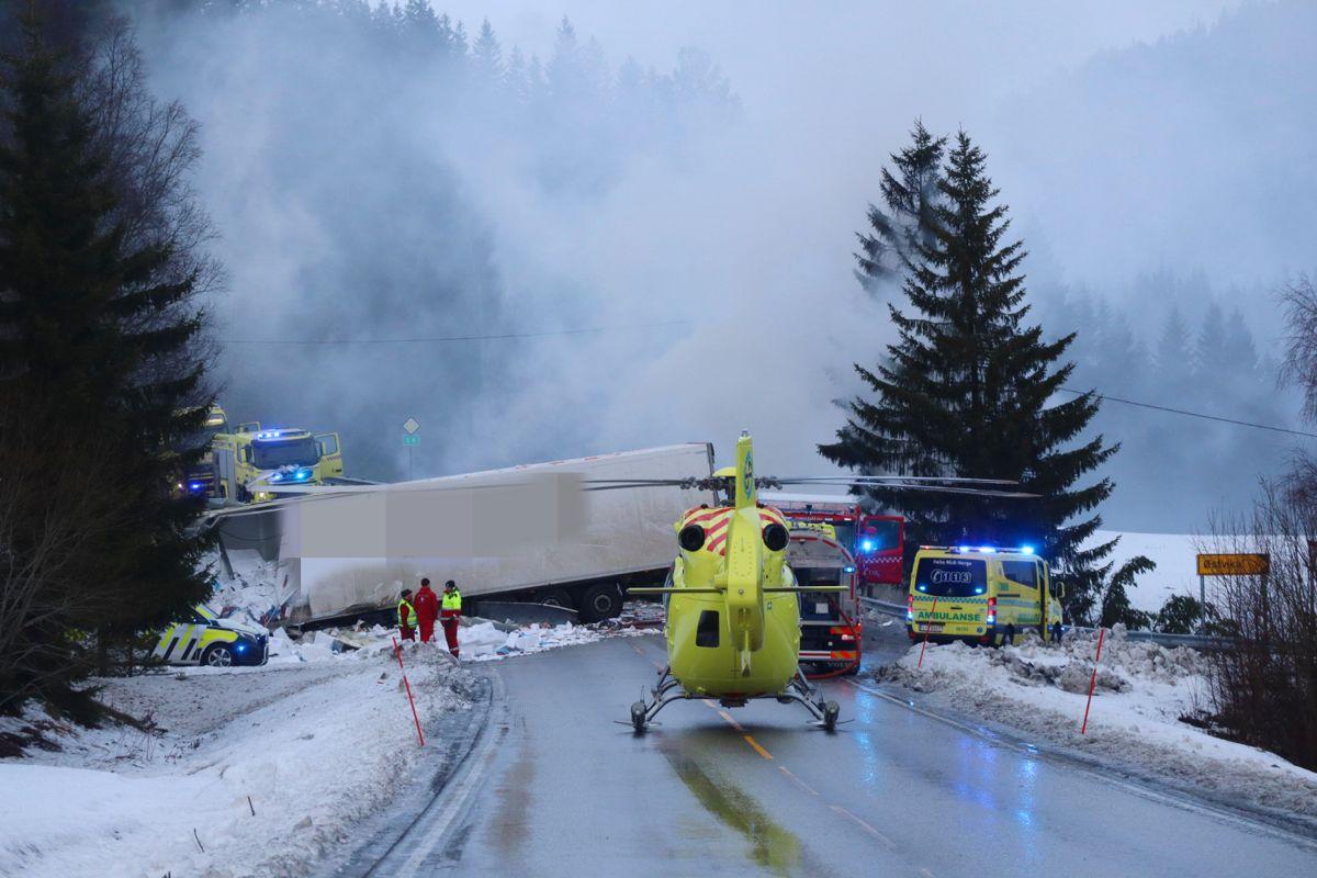 Sjåførene i begge vogntogene omkom i ulykken på E6 i Snåsa i februar i fjor. Både Statens vegvesen og Veidekke får kritikk av Havarikommisjonen. Foto: Lars Lilleby Macedo / NTB