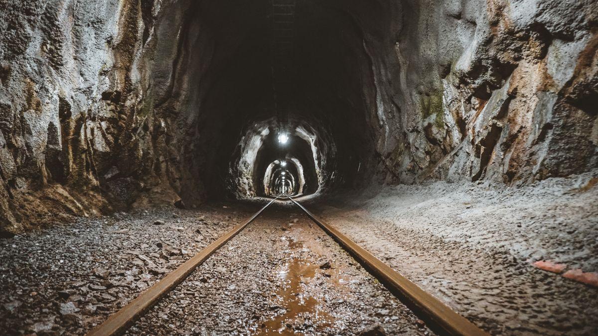 HORISONTAL. Gaustabanen går 850 meter rett inn i Gaustatoppen, før man bytter bane der den vertikale tunnelen mot toppen starter. Foto: Gaustabanen.