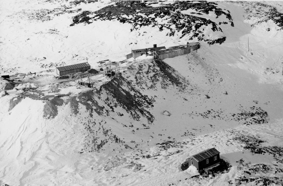 MASSER. Tunnelmassene ble tippet rett utenfor tunnelen. I dag er det parkering oppå fyllingen. Bildet ble tatt i 1959. Foto: Gaustabanen.