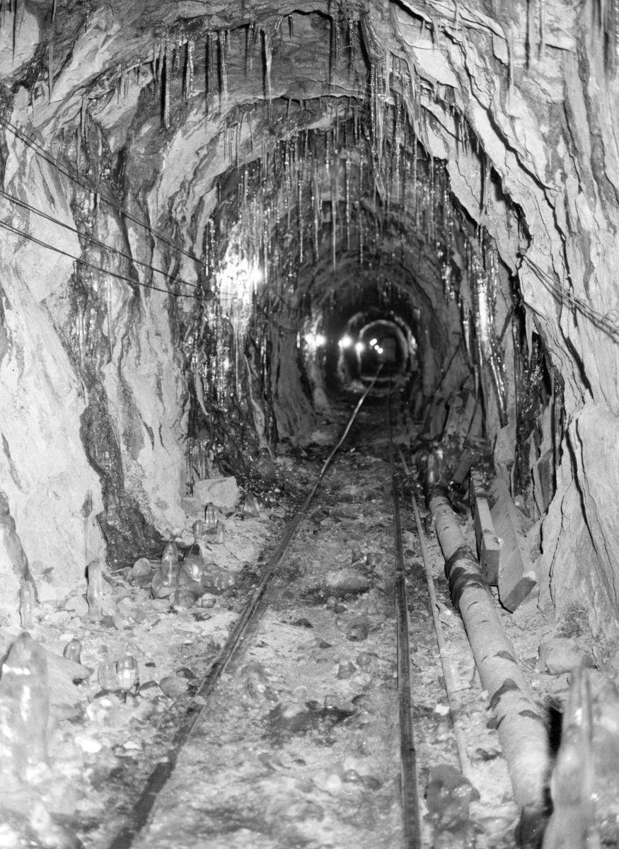 FURUHOLMEN. Det cirka to kilometer lange tunnelanlegget i Gaustatoppen, ble drevet av entreprenørselskapet Furuholmen i perioden 1954 til 1957. Foto: Gaustabanen