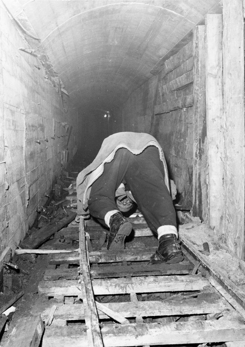 TUNGT. Anleggsveien blir tung for arbeiderne når man må klatre oppover tunnelen med en stigning på nesten 40 grader. Mot slutten av prosjektet var det nesten to kilometer fra tunnelpåhugget til stuff. Foto: Gaustabanen
