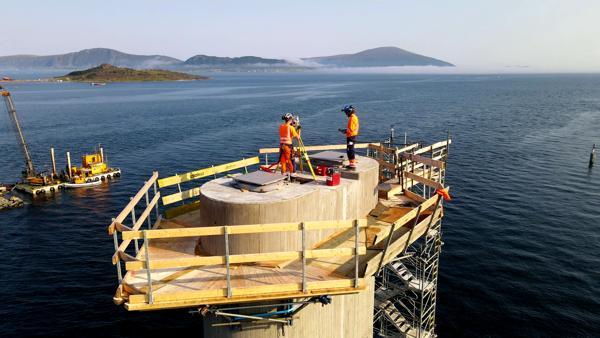 Her gjør Tore Høgalmen og Kjetil Skårvold i Skanska Survey stikningsarbeider på Nordoyvegen høsten 2020. Foto: Skanska