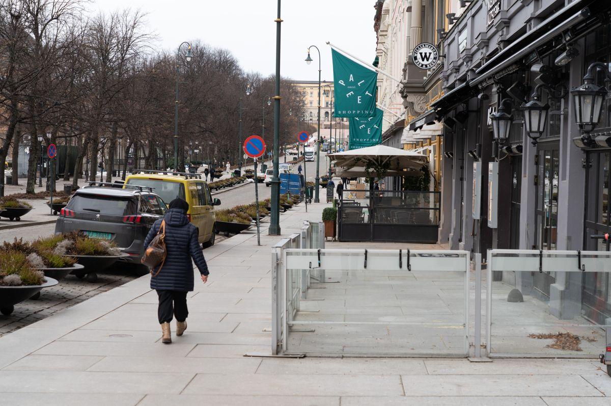 Bedrifter, som serveringsstedene på Karl Johan som har vært nedstengt i månedsvis, får nå mulighet til å søke kompensasjon for tapt varelager med tilbakevirkende kraft til november i fjor. Foto: Erik Johansen / NTB