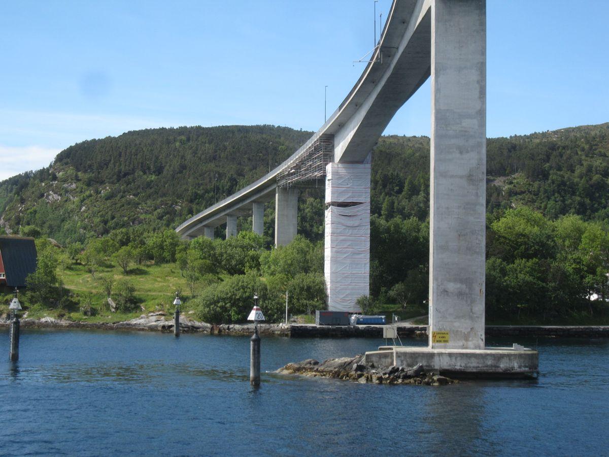 REHABILITERES. Den 1274 meter lange Måløybrua på riksvei 15 i Vestland, ble åpnet i 1973 og gjennomgår for tiden tyngre vedlikeholdsarbeider. Statens vegvesen mener det vil være behov for å øke oppmerksomheten på brurehabilitering i årene som kommer.