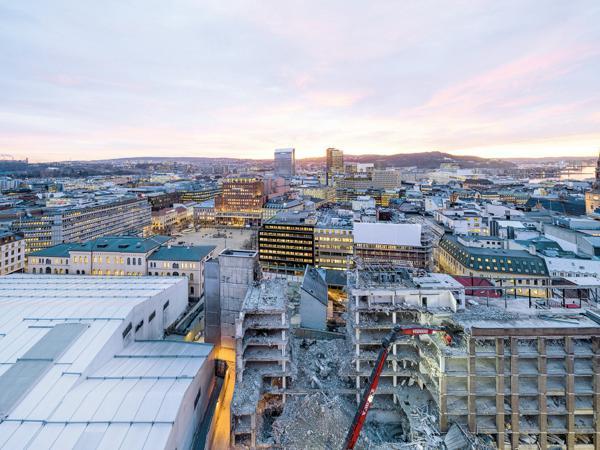 Statsbyggs gigantiske telt fra regjeringskvartalet blir Norges største lager og handleplass for byggematerialer som skal brukes på nytt. Foto: Statsbygg