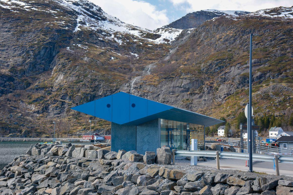 Servicebygget på Moskenes fergekai, Najonal turistveg Lofoten. Arkitekt: Vardehaugen Arkitekter AS. Foto: Hugo Fagermo