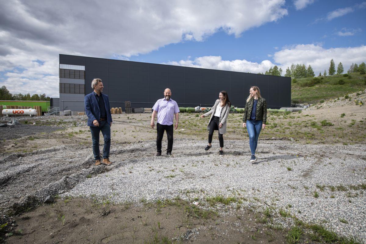 Ledelsen i Hallgruppen er fornøyd med at de har sikret seg kontrakten med Otto Olsen. Fra venstre CEO Lars Dalgaard, avdelingsleder bygg Robert Kristiansen, marketing manager Merete Skogrand Nymoen, og prosjektsjef bygg Siri White.