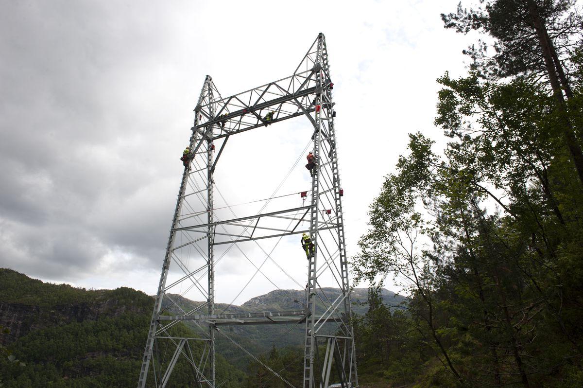 Byggingen av kraftledningen gjennom Hardanger for ti år siden ble møtt med kraftige protester. Arkivfoto: Marit Hommedal / NTB