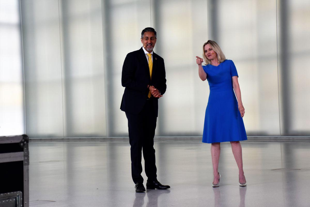 Kulturminister Abid Raja (V) og museumsdirektør Karen Hindsbo annonserte fredag at det nye Nasjonalmuseet åpner dørene 11. juni neste år. Foto: Stefan Offergaard