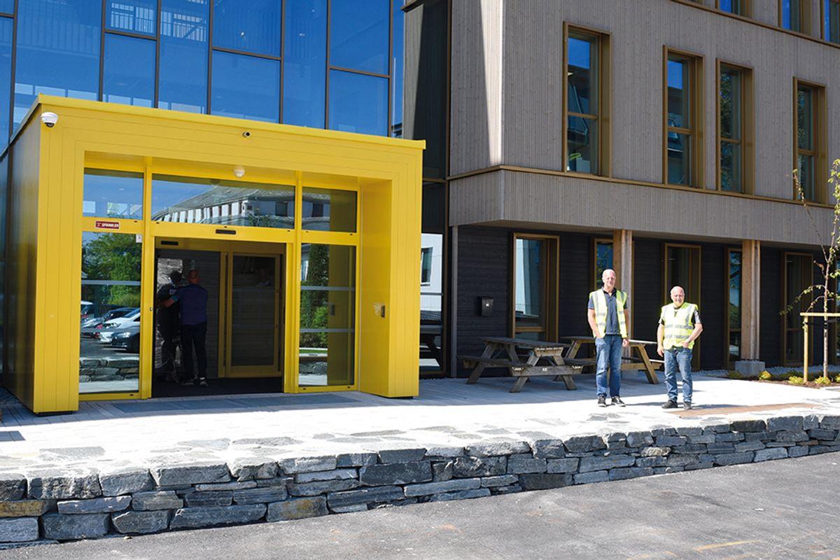 Inngangspartiet på østsiden er tydelig markert. Her er fra v. Backe Rogalands prosjektleder Micael Skargren og anleggsleder Terje Husebø.