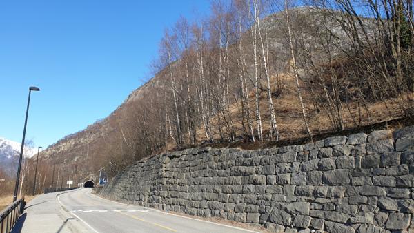 Løsmassane langs denne muren på riksvei 13 i Tyssedal i Ullensvang kommune skal sikres.