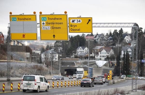 Regjeringens forslag til Nasjonal transportplan er skandaløst dårlig når det gjelder å ta igjen vedlikeholdsetterslepet på veiene, mener NAF. Foto: Jon Eeg / NTB