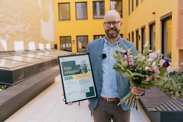 Direktør for prosjektutvikling i Entra, Per Ola Ulseth mottok prisen. Foto: Jan Khür/Bymiljøetaten