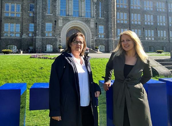 Inger Andresen (til venstre) og Niki Gaitani ved Institutt for arkitektur og teknologi på NTNU leder det internasjonale ARV-prosjektet. Foto: NTNU
