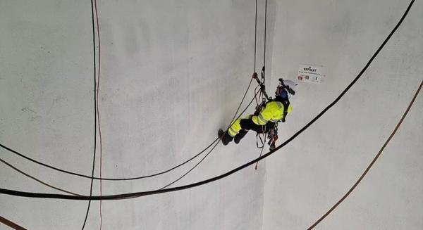 Klatrer i gang i den 40 meter høye sjakten. Foto: Ingveig Tveranger/Nye SUS