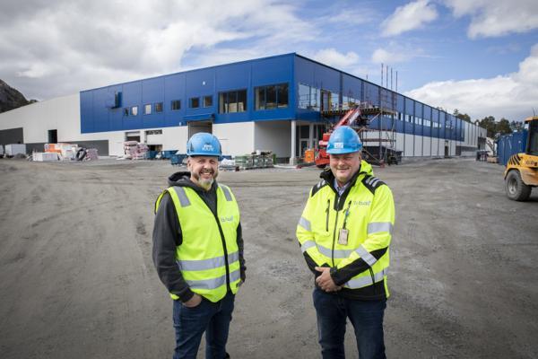 Administrerende direktør i LLENTAB Norge, Thomas Re Johnsen (til venstre) og daglig leder i GL-Bygg, Arne Magne Galguften, har nå innledet et samarbeid for å spisse kompetansen opp mot blå sektor. Foto: Trio Media