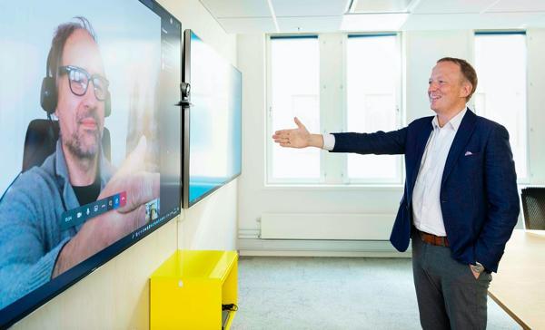HENTs toppsjef Jan K. Jahren (tv) og Statsbyggs administrerende direktør Harald Nikolaisen signerte i fjor kontrakten for D-blokken med et digitalt og 100 prosent koronasikkert håndtrykk. Nå gjør de det samme for A-blokken. Foto: Hans Fredrik Asbjørnsen.