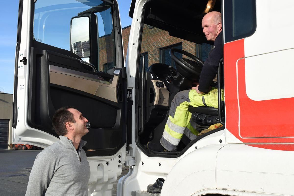 Daglig leder Rune Egeland i samtale med sjåfør Egil Tjora. Foto: Skjæveland Gruppen