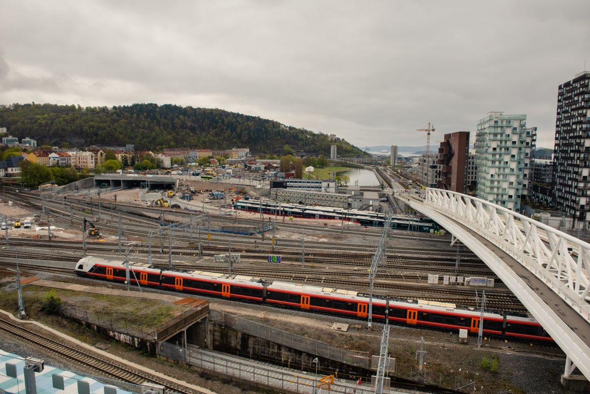 Bane NOR lager ny tunnelstrekning med sju spor under Middelalderparken. Parken rustes opp til historisk bydelspark. Foto: Bane NOR/Nicolas Tourrenc