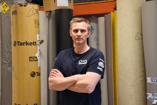 Byggtapetserer Magnus Sigurdsson Oslo Tapet og Gulvbelegg (OTG) er frustrert over at han på flere offentlige prosjekter ikke godkjennes som fagarbeider.