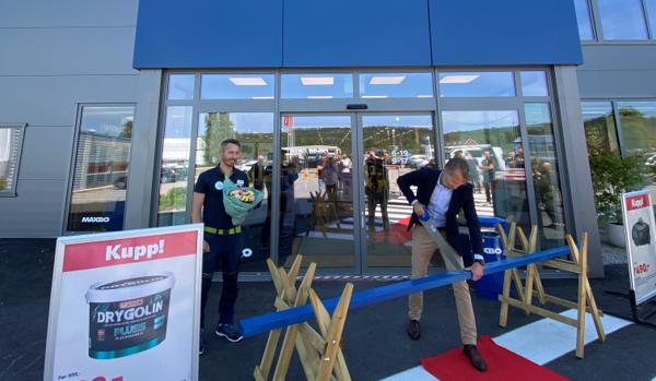 Torsdag kunne Maxbo-sjef Thomas Støkke markere nyåpningen av det nye varehuset i Fredrikstad, ved å sage over en blå stender. Varehussjef Andreas Kure Berntsen er glad for å kunne gi kundene et bedre tilbud. Foto: Atle Gravdal