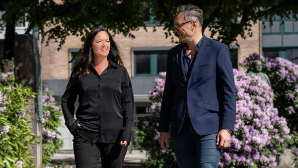 Administrerende direktør Grethe Haugland ønsker Håkon Iversen velkommen som ny leder for Bergenskontoret. Foto: LINK Arkitektur / Hundven-Clements Photography.