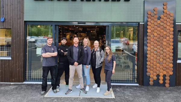 Martin Risan Aarstad (fra venstre), Pejman Najafi, Erik Wågenes, Frid Klungrehaug, Nanette Bjerkaas Solvang, Zaneta Warszewik tar imot kundene i Flisekompaniets nye butikk i Jessheim. Foto: Flisekompaniet