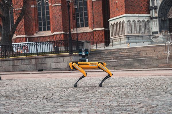 Robothunden Spot fra amerikanske Boston Dynamics er en maskin som har fått svært mye oppmerksomhet, og som mange nå ser potensialet i. Her med 3D-skanner fra Faro. Foto: AMKVO