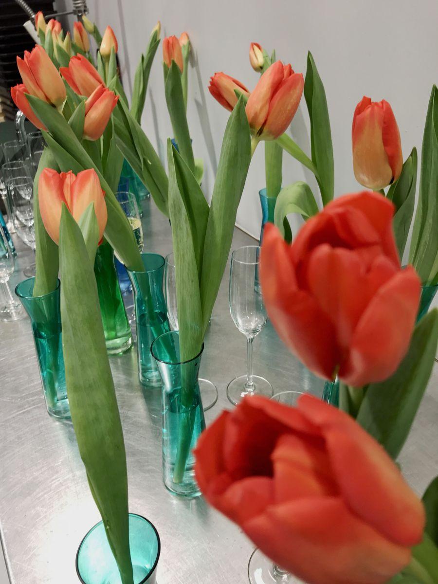 En tulipan i en enkel vase kan være lekkert på bordet. Foto: Svanhild Blakstad