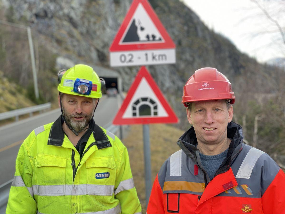 Prosjektleder Jan Lima i Hæhre Entreprenør og byggeleder Edvin Rye markerer gjennomslag i tunnelen i Kvamskleiva denne uken. Foto: Statens vegvesen